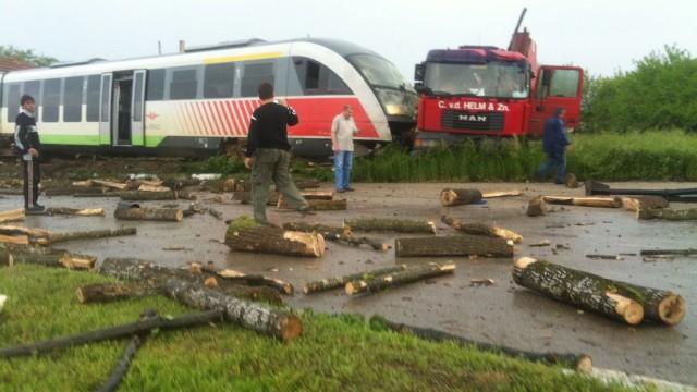 30 пострадали при удар на влак и камион в Япония