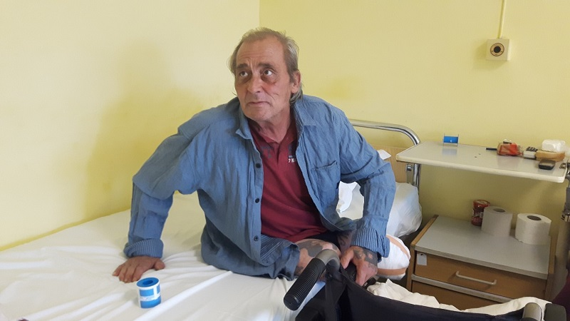 Бездомникът Валентин живее вече месец в УМБАЛ Бургас, търси помощ за настаняване в дом