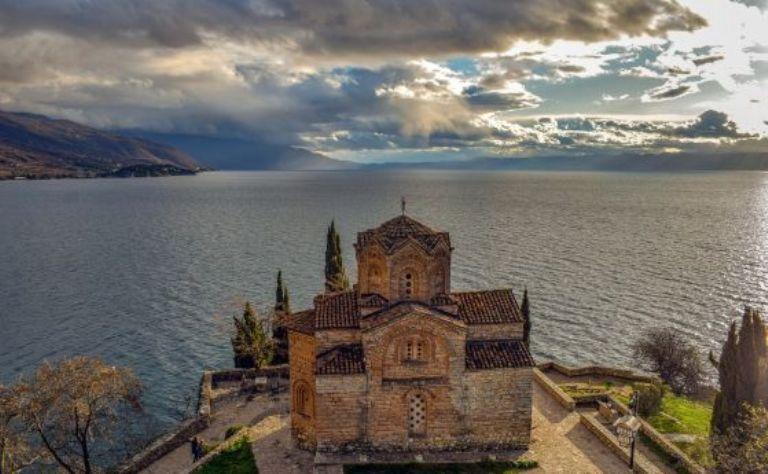Мълния рани 13 души на плажа на Охридското езеро