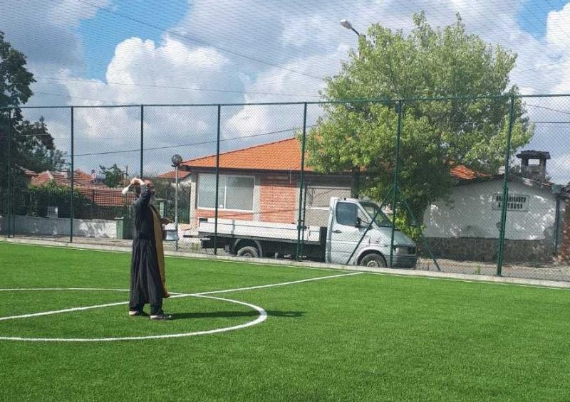 Не пускат със слънчоглед, напитки и цигари на обновеното игрище в Каблешково