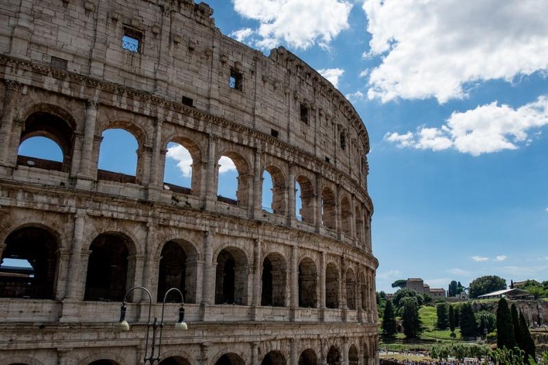 Хванаха българска ученичка да пише върху Колизеума