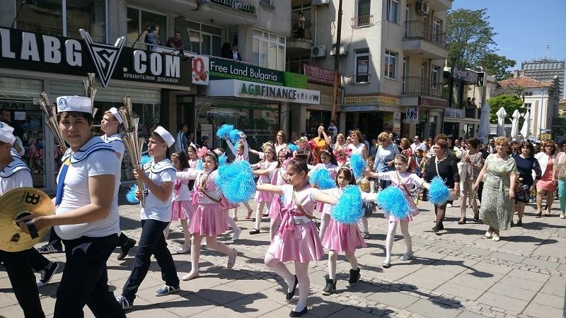 Хиляди шестват по улиците на Бургас