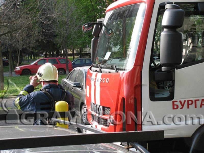 Три пожарни гасиха павилион за дюнери в Поморие