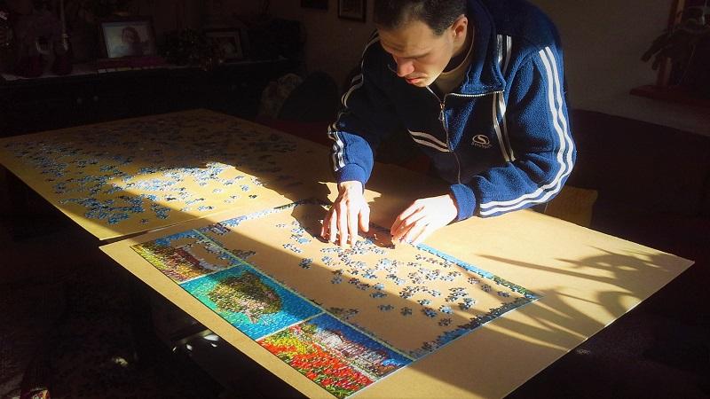 Бургаски ентусиаст показва изложба с наредени от него пъзели