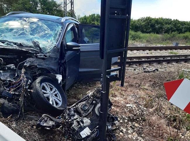 Джип мина на червено на жп прелез и се блъсна във влак