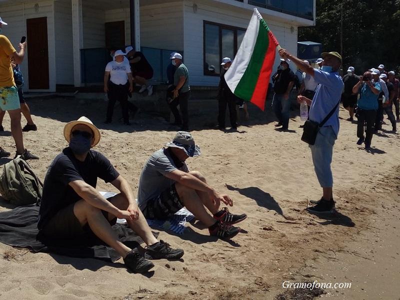 Протестиращите вече са на плажа, канят привържениците на ДПС заедно да събират тен