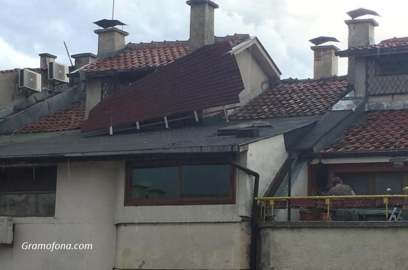 Бурен вятър изкърти покрив в Бургас