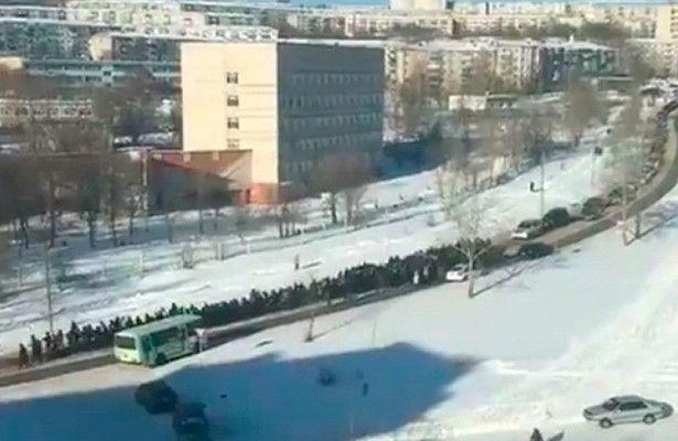 Полицаи носят ковчега на руски високопоставен мафиот