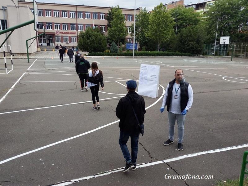 Първите зрелостници под строй пред Руската гимназия