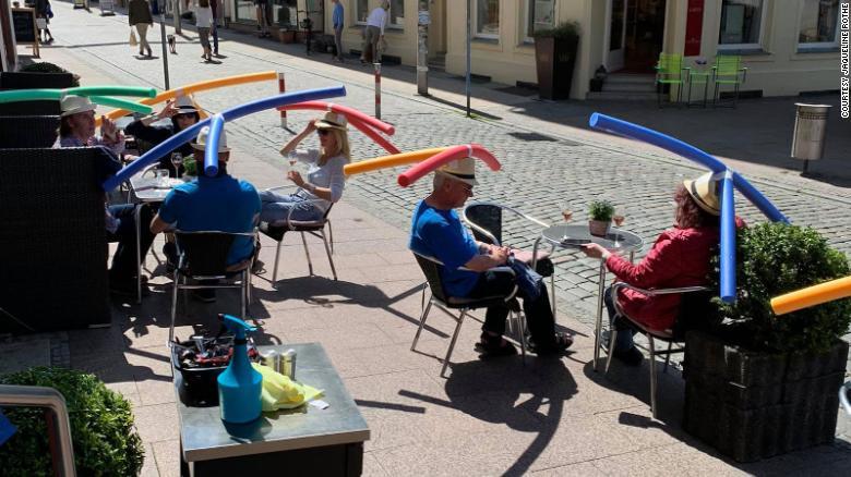 Кафене в Германия реши проблема с дистанцията между клиентите по забавен начин