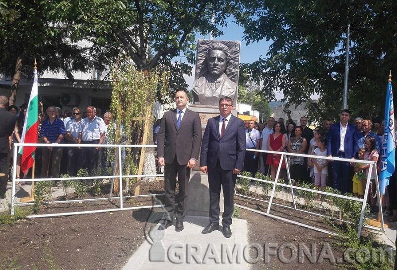 Президентът пристигна в Руен, открива паметник на Левски