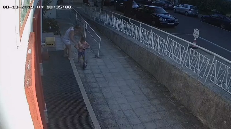 Наглост! Жена използва дете, за да открадне тротинетка