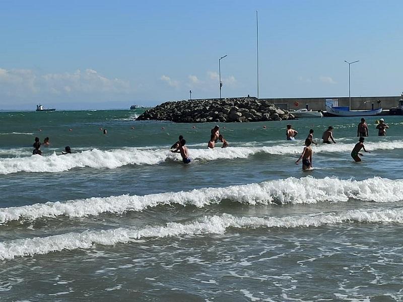 Силна и висока вълна на плажа в Крайморие, до дни идва и мъртвото вълнение