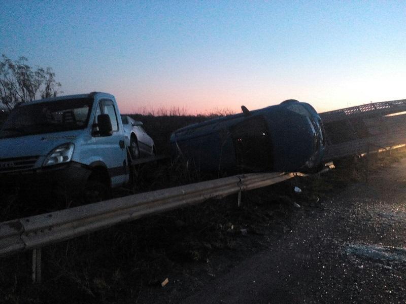 Шофьор заби автовоз в мантинелата край Сарафово и избяга
