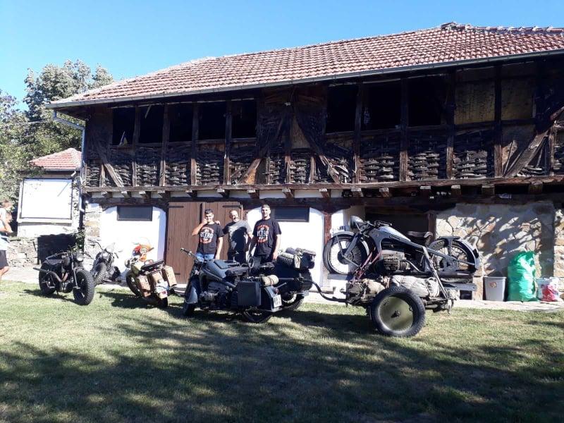 Ентусиасти обикалят България на мотори от Втората световна война