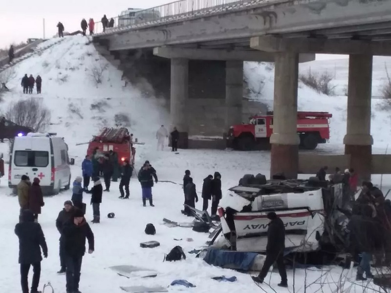 Автобус падна от мост в Русия, загинаха 19 души