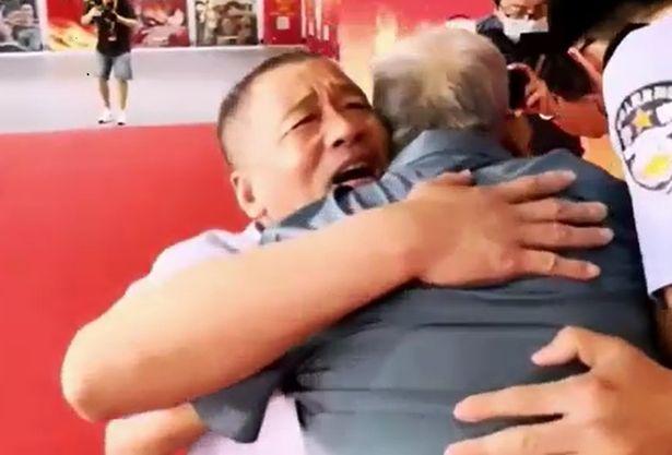 Мъж, отвлечен като дете, се срещна с баща си след 58-годишна раздяла