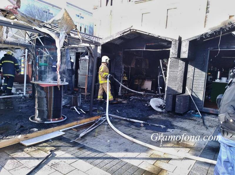 Вижте щетите от пожара в центъра на Бургас (СНИМКИ)