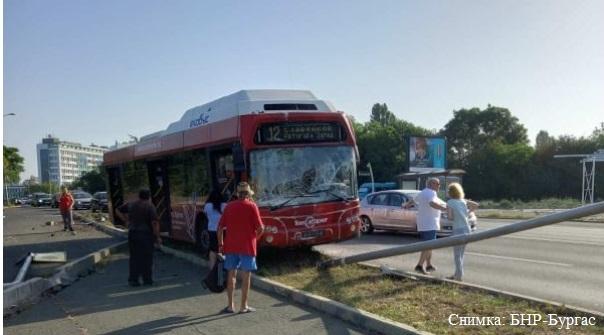 Автобус катастрофира до бензиностанция в Бургас, на шофьора му причерняло