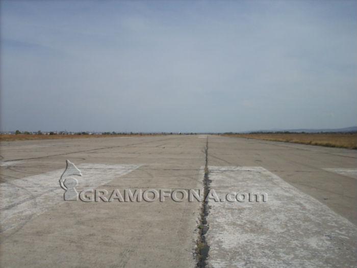 Търси се крупен инвеститор за бившето военно летище в Равнец