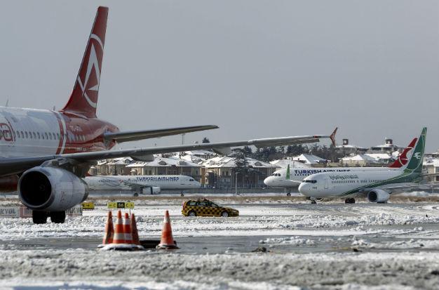 Отмениха около 150 полета заради снежна буря в Истанбул