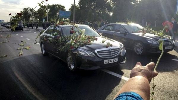 Осеяха с рози последния път на Ислам Каримов