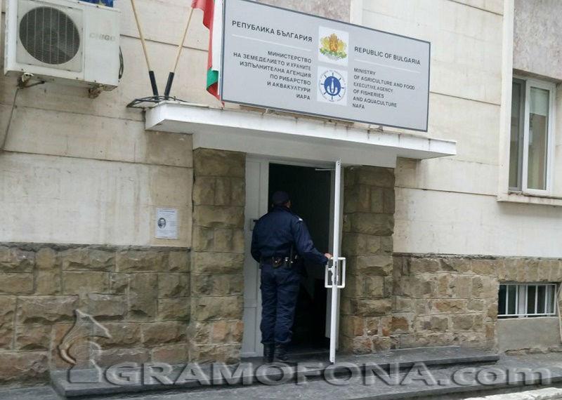 Съдът решава дали да остави директора на ИАРА в ареста