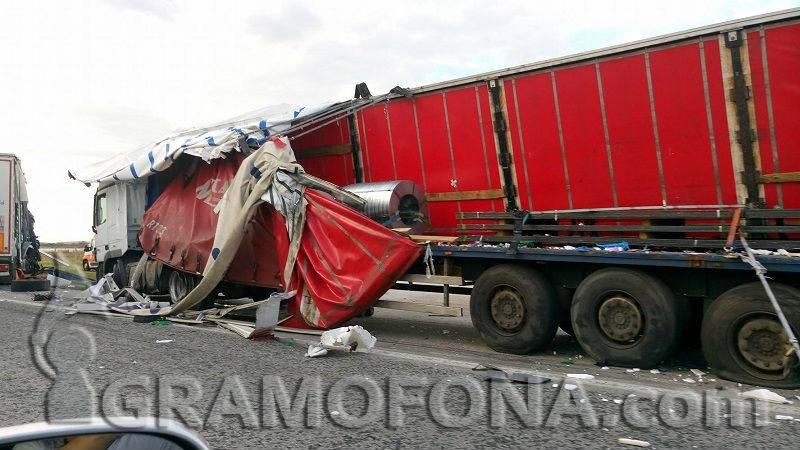 ТИР се е обърнал на магистрала Тракия, инцидентът е в района на Стара Загора