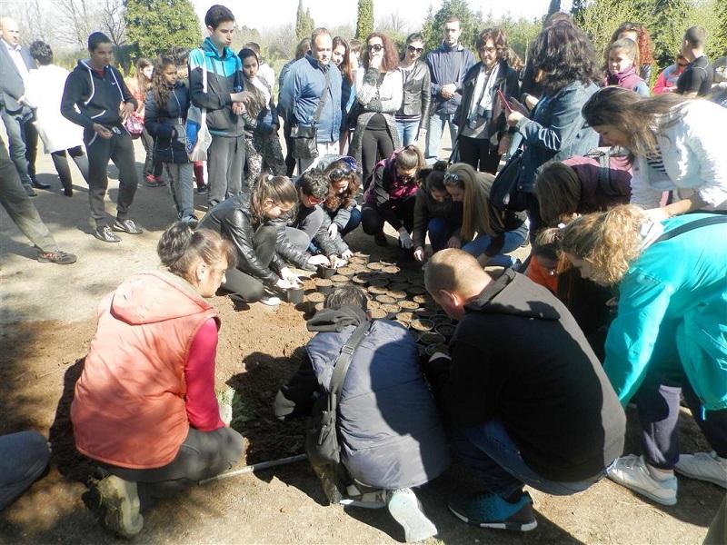 Ученици се включиха в благотворителна акция по залесяване