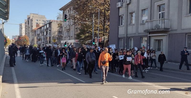 Шофьори, внимавайте! Протест пак блокира центъра на Бургас