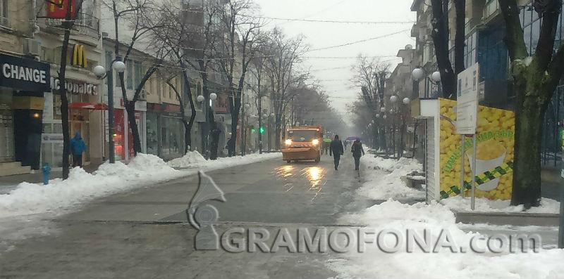 Обработват бургаските улици със сол