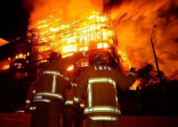 Горски пожар принуди стотици хора да напуснат домовете си в Калифорния