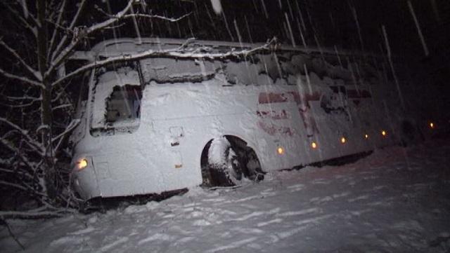 Пътнически автобус пропадна в канавка край Севлиево