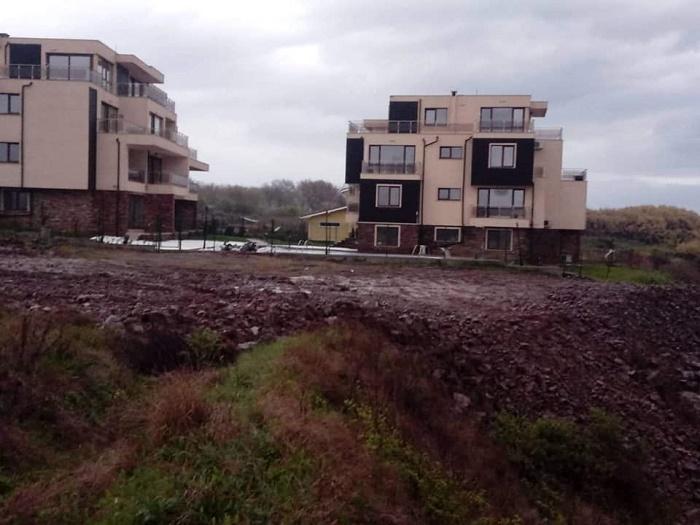Засипаха с пръст скалите край Черноморец заради нова улица и водопровод