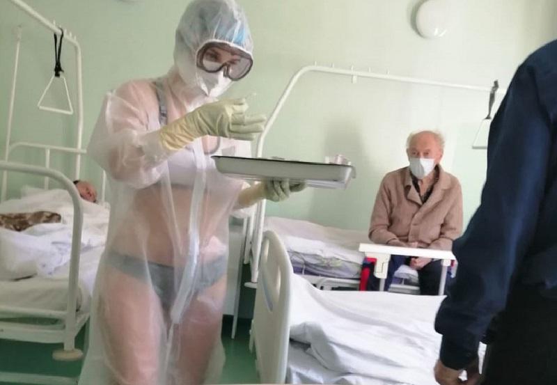 Порицаха медицинска сестра, защото сложила бански под защитния си костюм