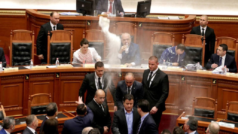 Брашно и яйца по албанския премиер в парламента