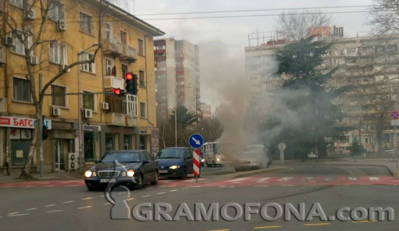 Кола пламна до Билковата аптека