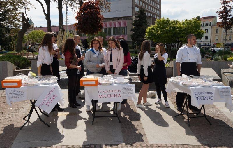 Вкусни изкушения от емблематични бургаски сладкарници предлагат до Часовника