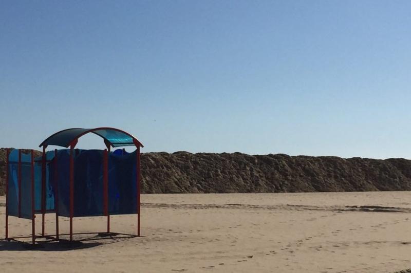 Издигат диги на плажа в Слънчев бряг