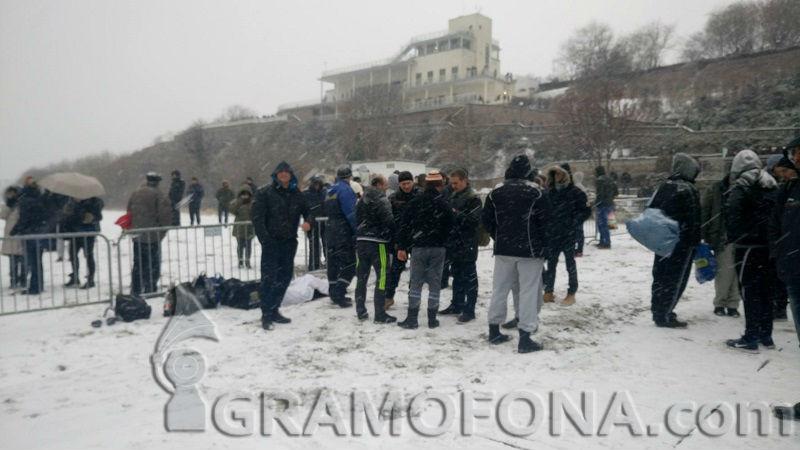 25 смелчаци ще спасяват кръста от Бургас