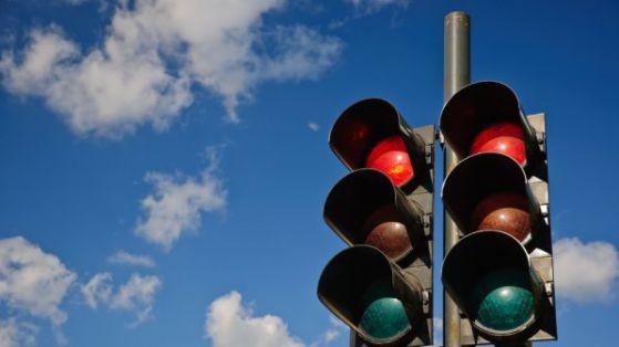 Светофарът зад Строителния свети едновременно зелено и червено