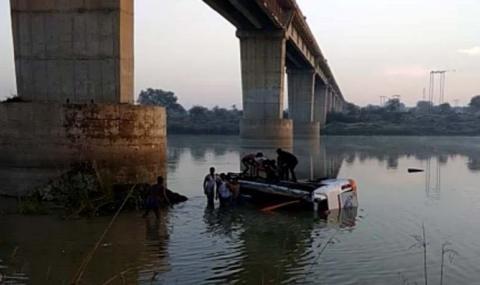 Автобус падна в река в индийски щат