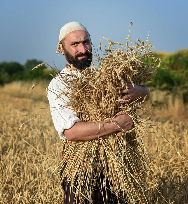 Снимки на наши жетвари тръгват от Сарафово към света