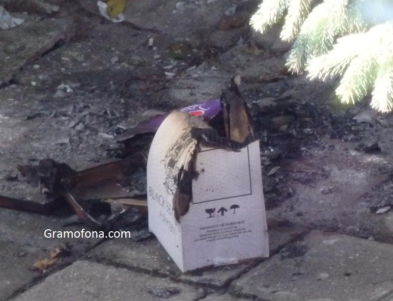 Мигрант запали боклуци да се топли в центъра на Бургас, полицията го погна, а той избяга