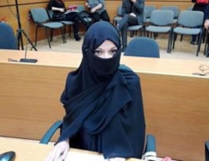 Общинска съветничка се появи забулена на сесия в Пловдив