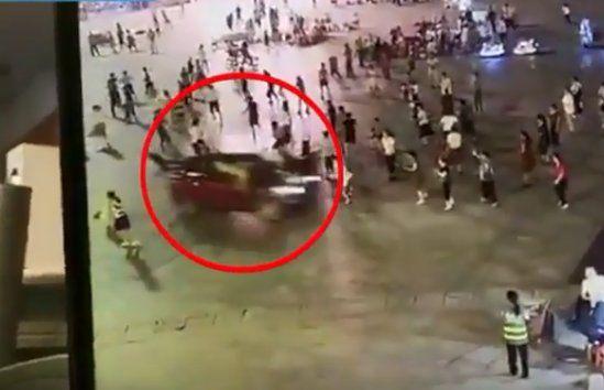 Джип се вряза в минувачи на площад в Китай, 11 души са загинали