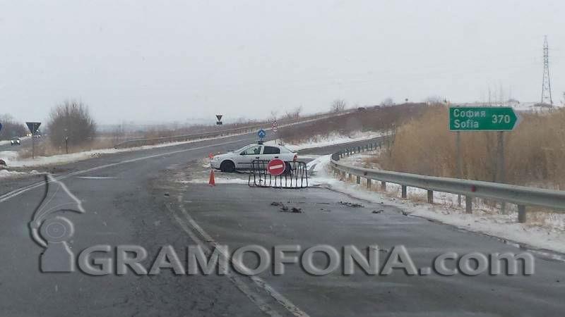 Катастрофа и лоша видимост затвориха пътя от Ветрен за Айтос