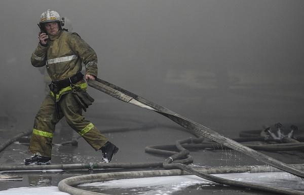 Загиналите в Москва пожарникари евакуирали 100 души от горящия склад