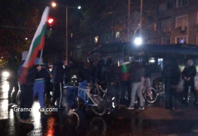 Автобус опита да пробие блокадата в Бургас, не му позволиха