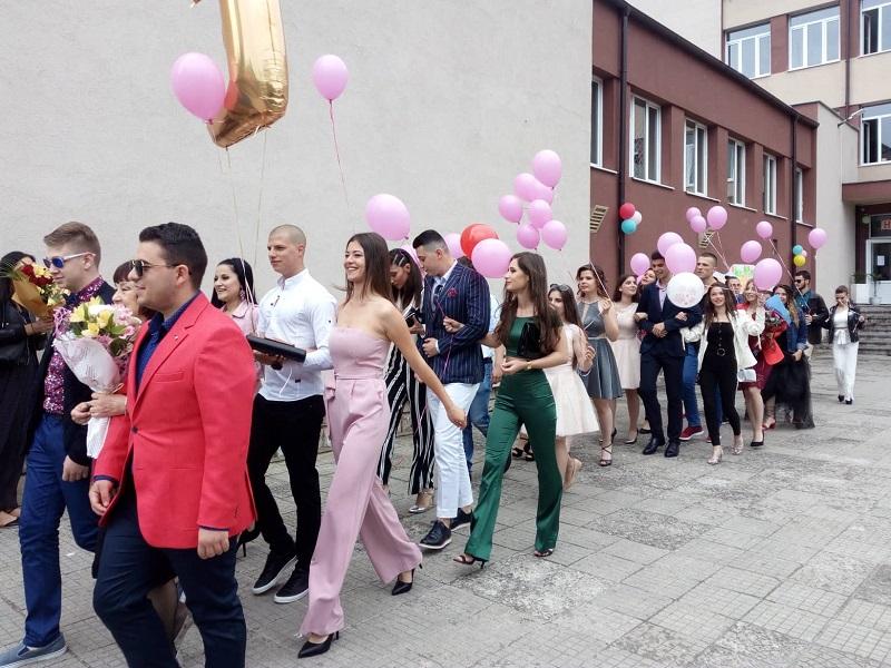156 зрелостници завършват Руската гимназия